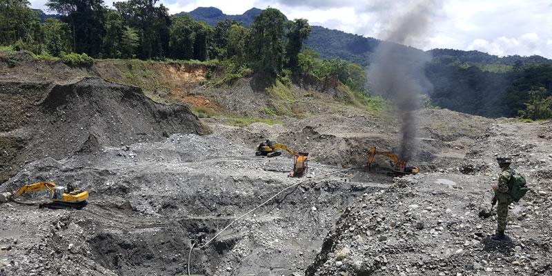 Tropas del Ejército ubican y destruyen 14 máquinas excavadoras utilizadas para la minería ilegal en el Chocó