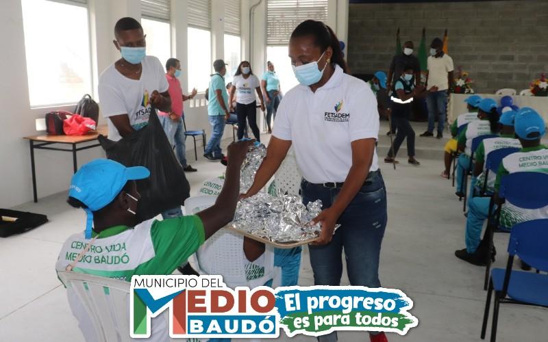 Adultos mayores de los Centros Vida del municipio del Medio Baudó, recibieron dotación de uniformes en medio de jornada recreativa. | Noticias de Buenaventura, Colombia y el Mundo